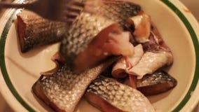 Partes de peixes frescos em uma placa vídeos de arquivo