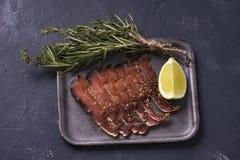 Partes de peixes secados com carne vermelha de salm?es cor-de-rosa imagem de stock