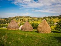 3 partes de pilhas velhas nas montanhas Carpathian - Europa do feno do revestimento Fotografia de Stock