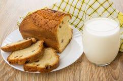 Partes de queque na placa, no vidro do leite e no guardanapo Imagens de Stock Royalty Free