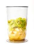 Partes de quivi e de laranja no copo plástico Fotografia de Stock Royalty Free