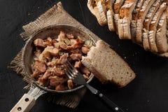 Partes de salsicha fritadas com cebolas Fotografia de Stock Royalty Free