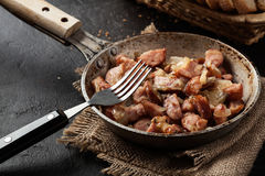 Partes de salsicha fritadas com cebolas Imagem de Stock