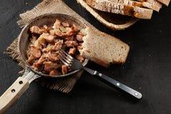 Partes de salsicha fritadas com cebolas Fotografia de Stock