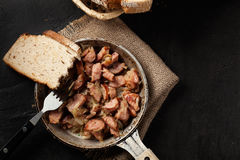 Partes de salsicha fritadas com cebolas Fotos de Stock