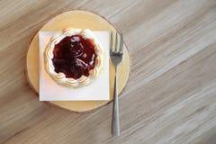 Partes de torta da galdéria da morango na placa de madeira Fotografia de Stock
