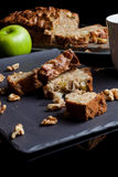 Partes de torta de maçã com maçã e de torta do lado Imagem de Stock Royalty Free
