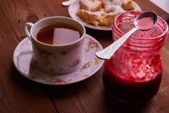 Partes de torta de maçã em uma placa com chá Fotografia de Stock