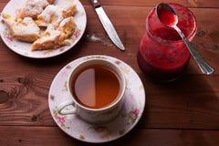 Partes de torta de maçã em uma placa com chá Imagem de Stock Royalty Free