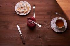 Partes de torta de maçã em uma placa com chá Foto de Stock
