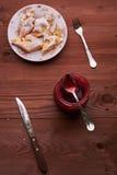 Partes de torta de maçã em uma placa com chá Imagens de Stock Royalty Free