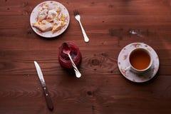Partes de torta de maçã em uma placa com chá Fotos de Stock Royalty Free