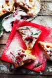 Partes de torta de maçã polvilhadas com o açúcar pulverizado no guardanapo vermelho Vista superior Bolo de maçã caseiro do corte  Foto de Stock Royalty Free