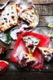 Partes de torta de maçã polvilhadas com o açúcar pulverizado no guardanapo vermelho Vista superior Bolo de maçã caseiro do corte  Imagens de Stock Royalty Free