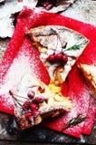 Partes de torta de maçã polvilhadas com o açúcar pulverizado no guardanapo vermelho Vista superior Bolo de maçã caseiro do corte  Fotografia de Stock