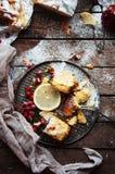 Partes de torta de maçã polvilhadas com o açúcar pulverizado O bolo de maçã caseiro do corte decorou fatias de limão e de ramos s Imagem de Stock Royalty Free