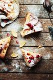 Partes de torta de maçã polvilhadas com o açúcar pulverizado Vista superior Bolo de maçã caseiro do corte decorado com bagas verm Fotos de Stock Royalty Free