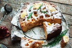 Partes de torta de maçã polvilhadas com o açúcar pulverizado Vista superior O bolo de maçã caseiro do corte decorou fatias de lim Foto de Stock Royalty Free