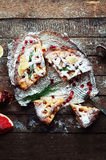 Partes de torta de maçã polvilhadas com o açúcar pulverizado Vista superior O bolo de maçã caseiro do corte decorou fatias de lim Fotografia de Stock