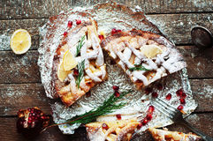 Partes de torta de maçã polvilhadas com o açúcar pulverizado Vista superior O bolo de maçã caseiro do corte decorou fatias de lim Imagem de Stock