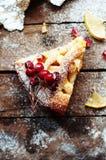 Partes de torta de maçã polvilhadas com o açúcar pulverizado Vista superior O bolo de maçã caseiro do corte decorou fatias de lim Fotos de Stock