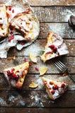 Partes de torta de maçã polvilhadas com o açúcar pulverizado Vista superior O bolo de maçã caseiro do corte decorou fatias de lim Imagens de Stock