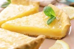 Partes de torta do limão servidas Fotos de Stock