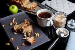 Partes de torta e de chá de maçã do ângulo alto Foto de Stock Royalty Free