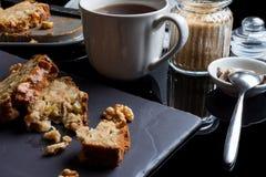 Partes de torta e de chá de maçã do lado Fotografia de Stock Royalty Free