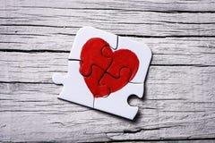 Partes de um enigma que forma um coração Fotos de Stock