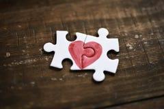 Partes de um enigma que forma um coração Fotografia de Stock Royalty Free