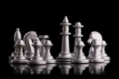 Partes de xadrez ajustadas da prata em um preto Imagem de Stock Royalty Free