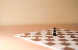 Partes de xadrez como a metáfora - solidão, individualismo Fotografia de Stock