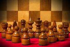Partes de xadrez de madeira com tabuleiro de xadrez Fotos de Stock Royalty Free