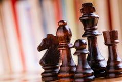 Partes de xadrez de madeira pretas lustrosas a bordo Imagem de Stock Royalty Free