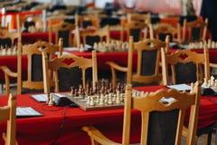 Partes de xadrez em um boart pronto para jogar um jogo Partes de madeira de um jogo de xadrez em uma placa imagens de stock