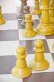 Partes de xadrez em uma tabela imagens de stock
