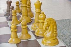 Partes de xadrez em uma tabela imagem de stock