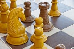 Partes de xadrez em uma tabela foto de stock royalty free