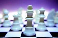 Partes de xadrez/foco no rei Imagens de Stock Royalty Free