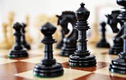 Partes de xadrez na placa de madeira Fotos de Stock