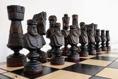 Partes de xadrez na placa de madeira Fotos de Stock Royalty Free