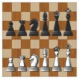 Partes de xadrez na placa de xadrez de madeira Imagens de Stock