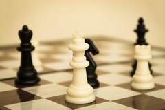 Partes de xadrez no fim do tabuleiro de xadrez acima fotografia de stock