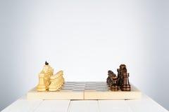 Partes de xadrez preto e branco em um tabuleiro de xadrez Imagens de Stock Royalty Free
