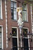 Partes dianteiras de casas holandesas - os barcos visitam através dos canais na área do Grachtengordel-oeste de Amsterdão, Holand fotos de stock royalty free