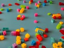 Partes do bloco do brinquedo no fundo celestial fotos de stock