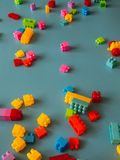 Partes do bloco do brinquedo no fundo celestial fotografia de stock