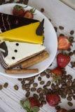 Partes do bolo e feijões de café bonitos Fotografia de Stock Royalty Free