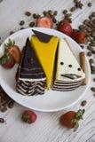 Partes do bolo e feijões de café bonitos Foto de Stock Royalty Free